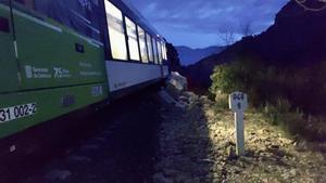 El tren de la línea de La Pobla que ha chocado contra un desprendimiento de rocas.