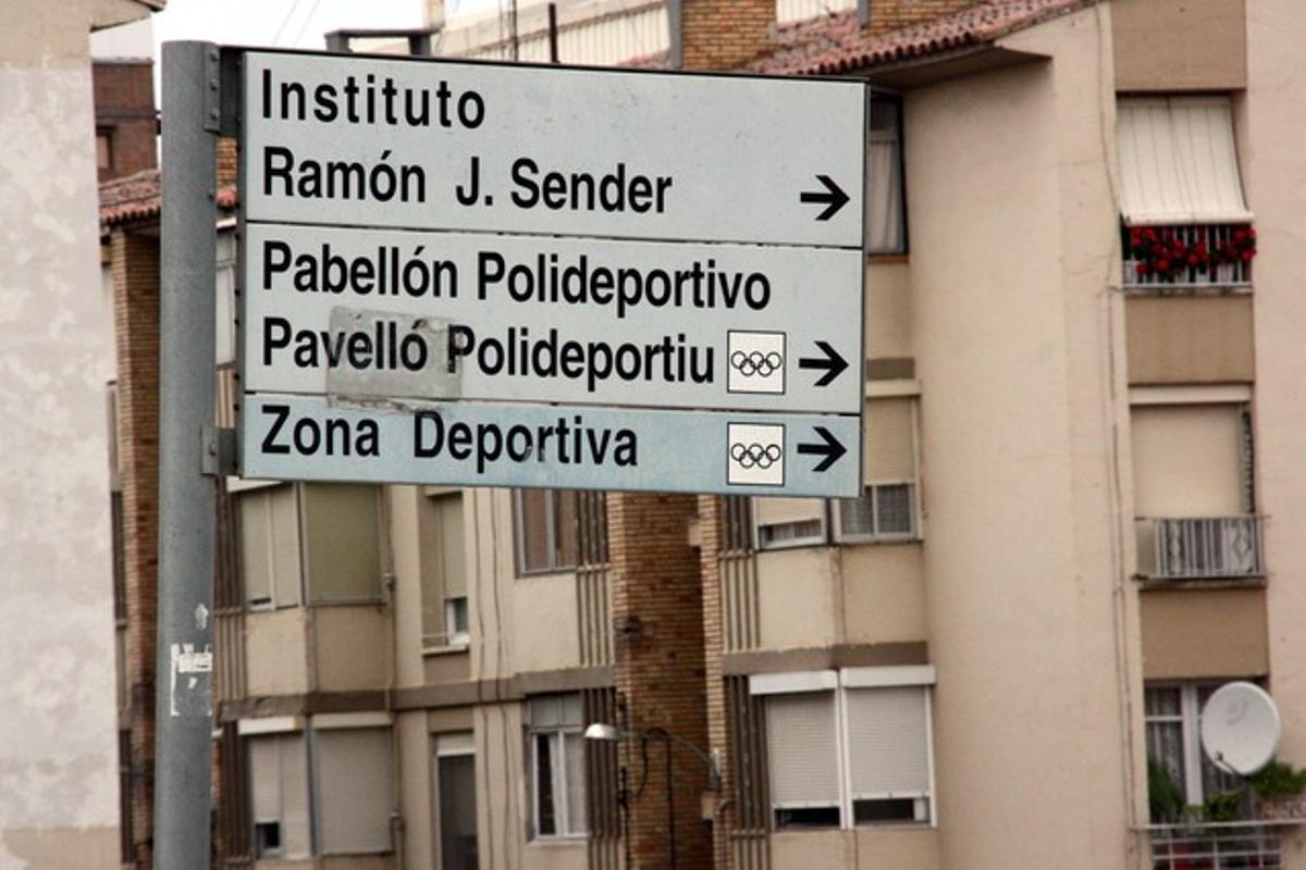 Cartel bilingüe, en castellano y catalán, en Fraga.