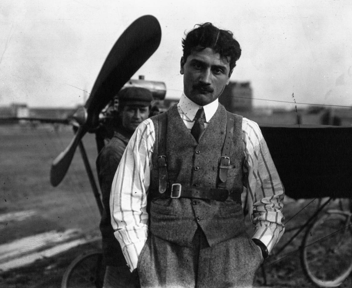 Roland Garros, delante de un avión Demoiselle, en 1910.