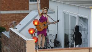 Actuación de Tori Sparks en el terrado de su casa en Horta.