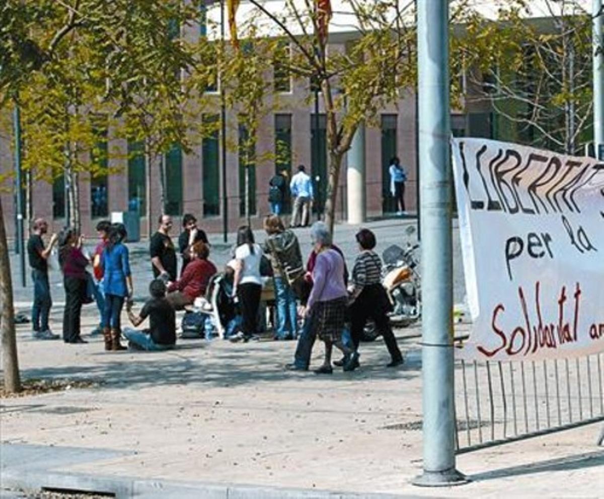 Concentración en la Ciutat de la Justícia, ayer, de familiares y amigos de detenidos el día de la huelga general.