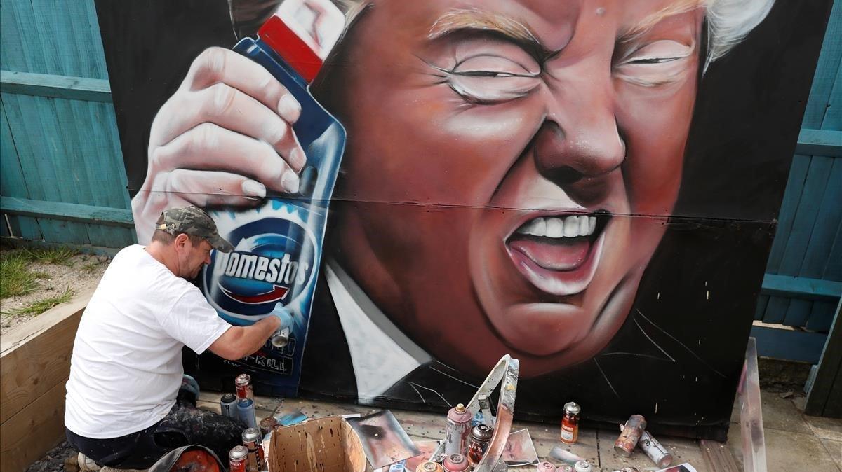 Mural de Trump con una botella de desinfectante.