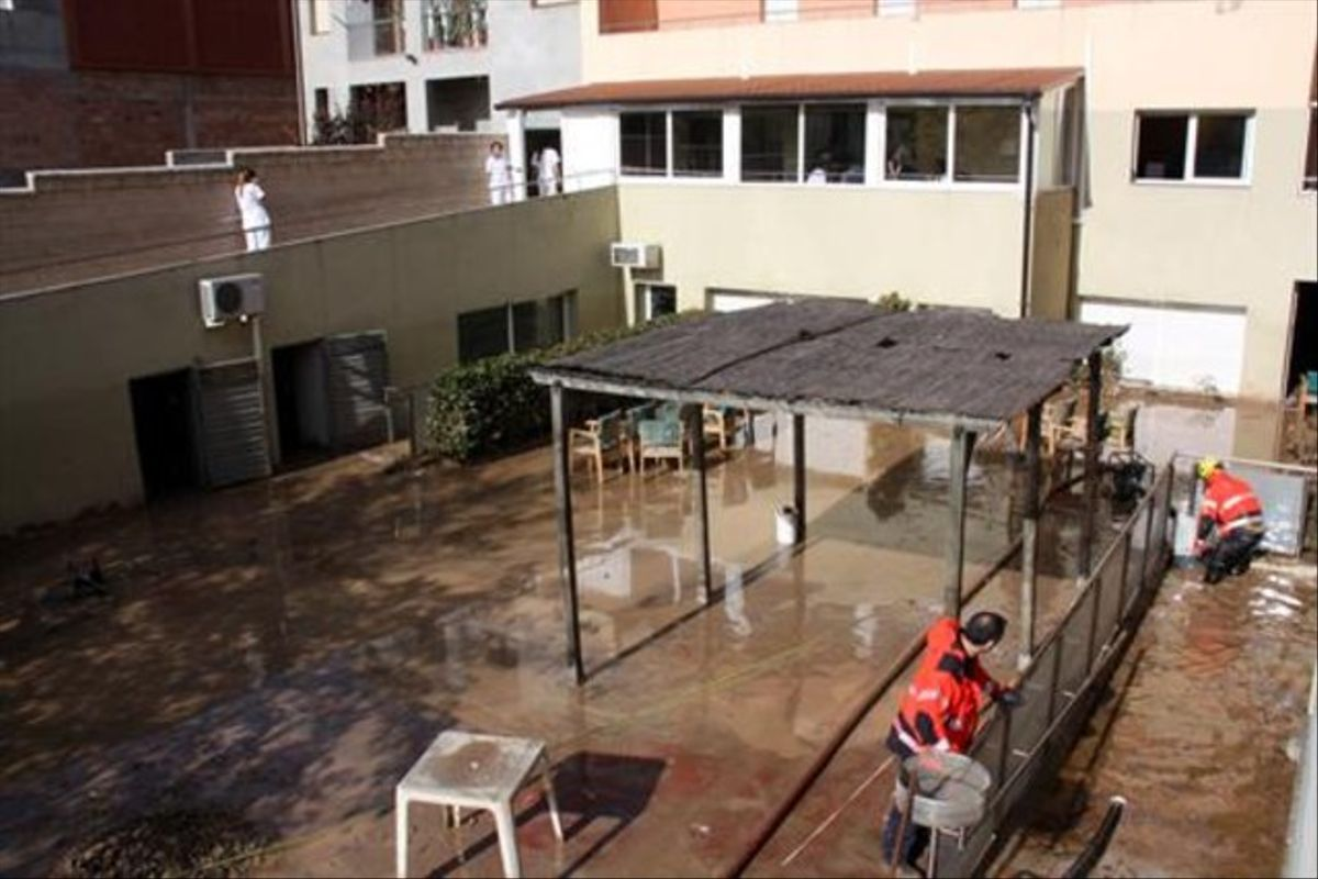 El mismo patio, con el agua ya casi drenada por completo.
