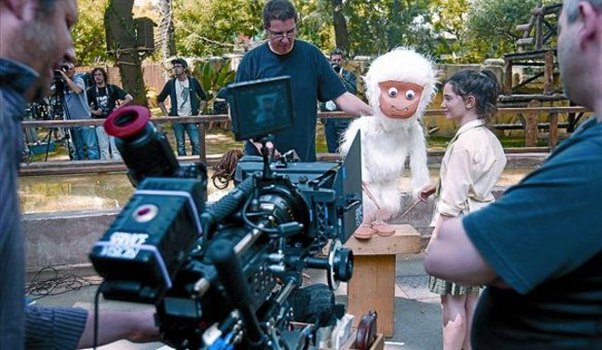 La actriz Claudia Abate, junto a un muñeco de Copito que luego será virtual, en una imagen del rodaje, ayer.