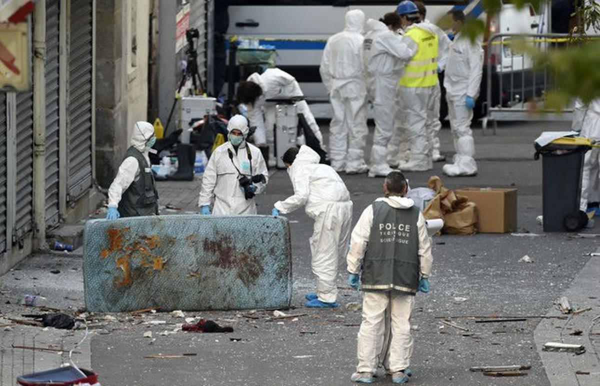 Forenses inspeccionan el apartamento de los terroristas en Saint-Denis.