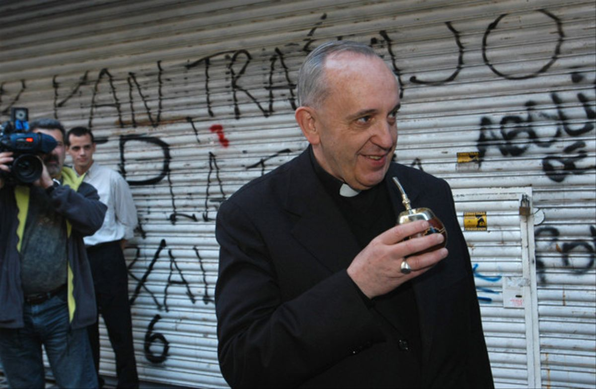 Jorge Bergoglio bebe mate, en una calle de Buenos Aires, el pasado 3 de marzo.