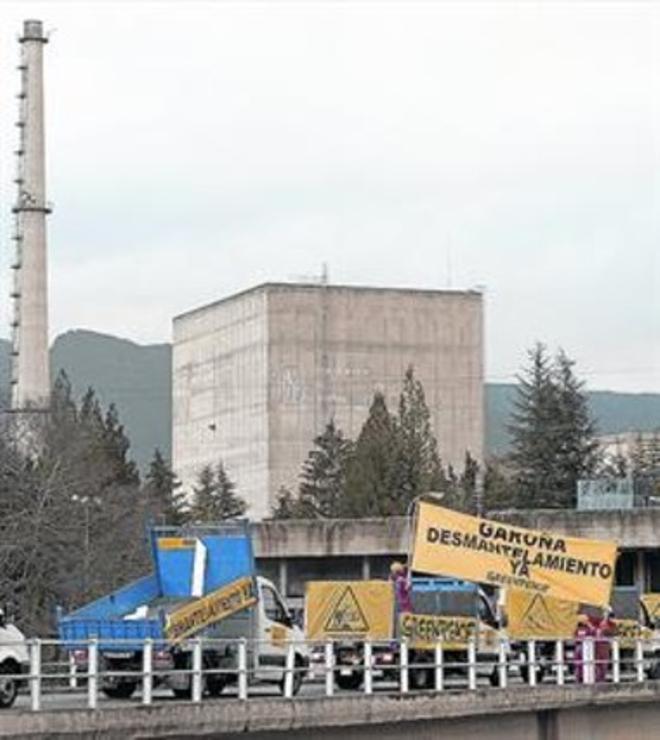 La central nuclear de Garoña, durante una protesta de Greenpeace.
