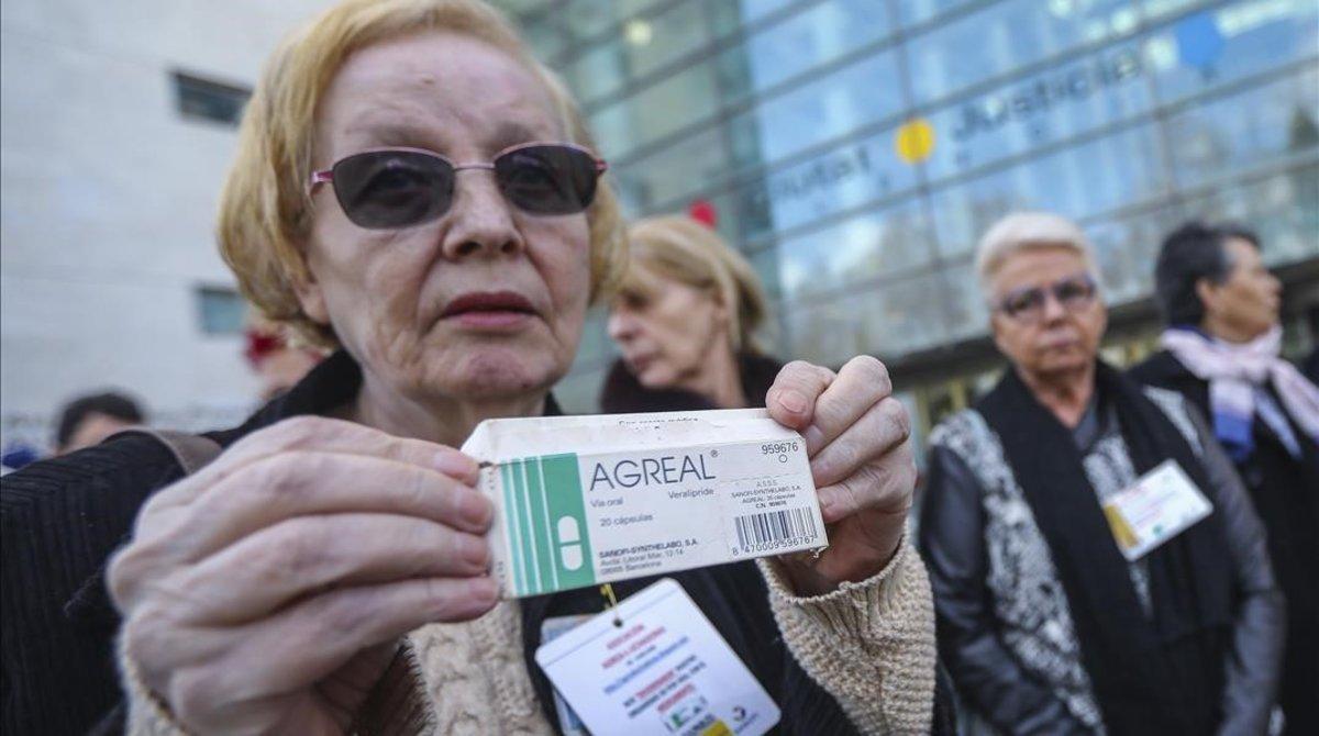 Una de las siete mujeres que ha demandado a Sanofi en la puerta de la Ciutat de la Justicia con una caja de Agreal