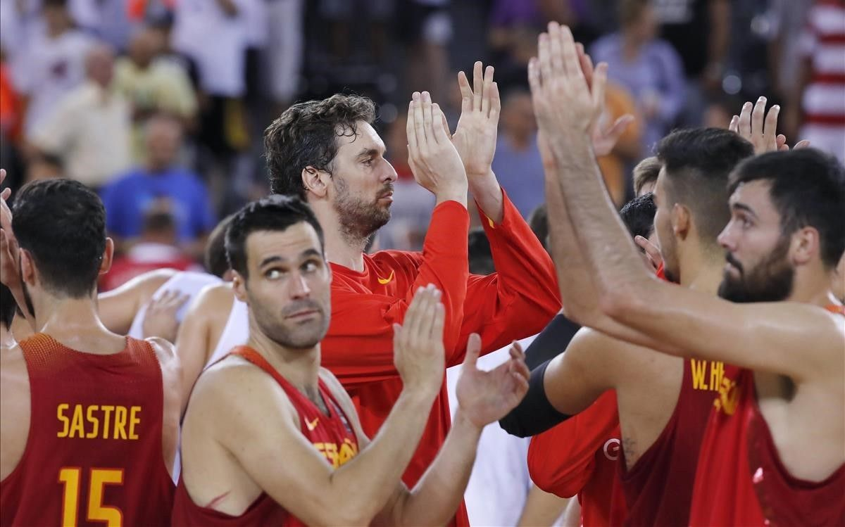 Los jugadores de la selección agradecen el apoyo de la grada tras el partido de Chequia