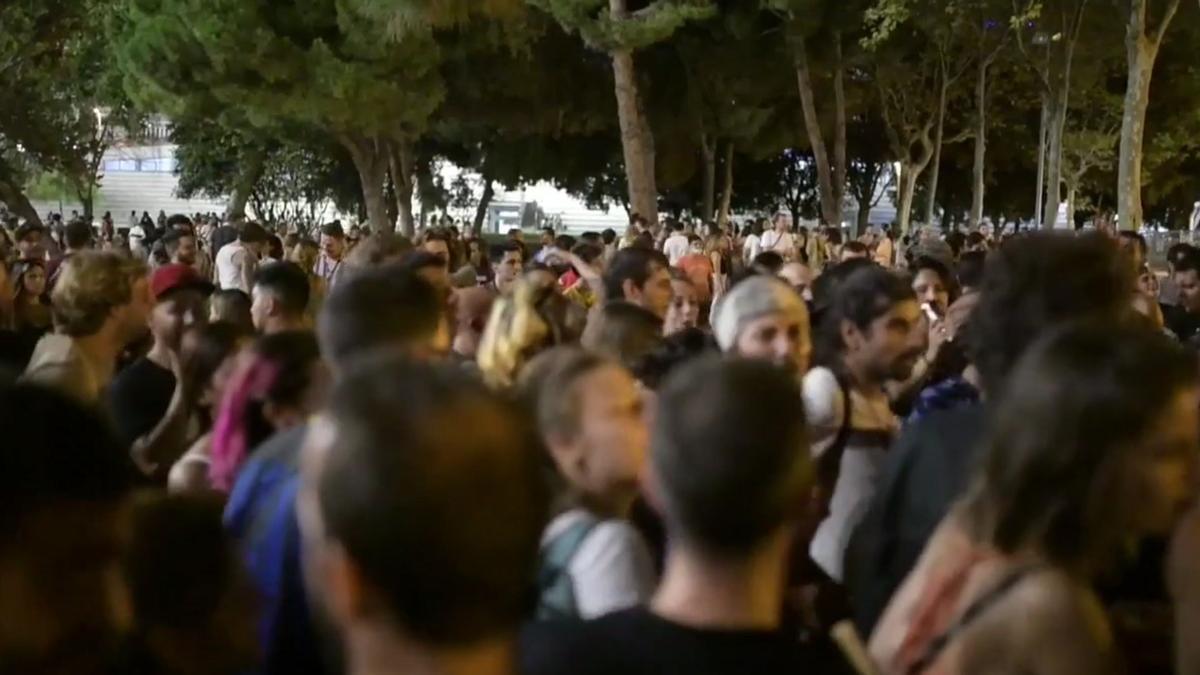 Fiestas sin mascarillas y distancias de seguridad en barrio de Sants de Barcelona