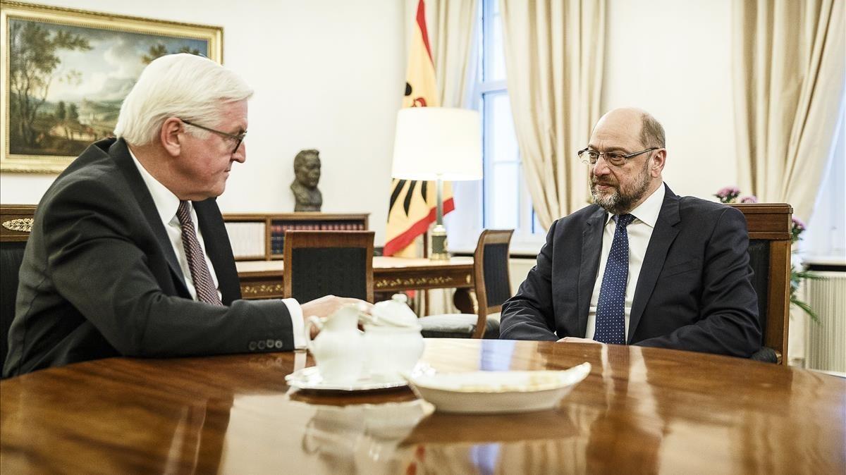 Elpresidente de Alemania, Frank-Walter Steinmeier, yel líder del SPD, Martin Schulz, reunidos en el palacio Bellevue de Berlín.