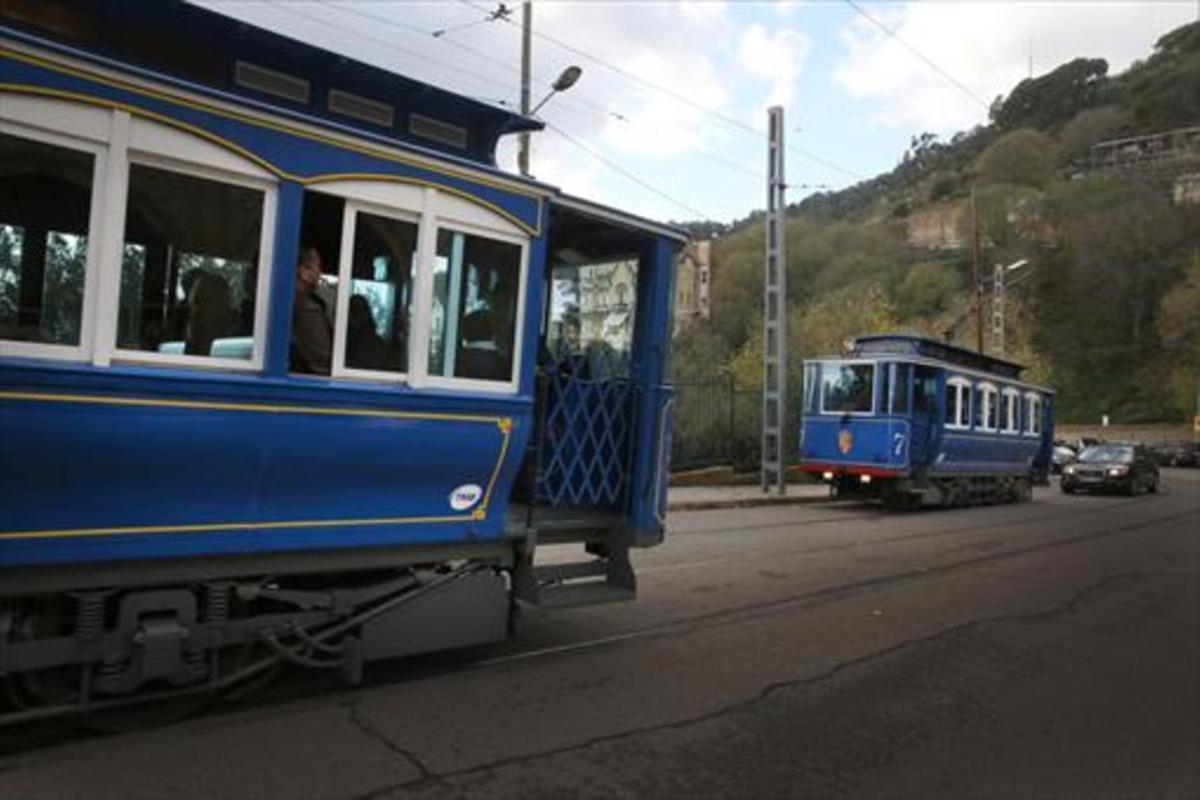 Dues unitats del Tramvia Blau es creuen a l'avinguda del Tibidabo.