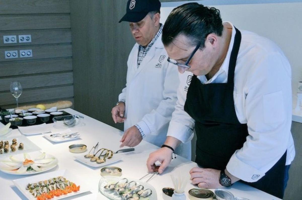 El chef ejecutivo de La Brújula, Miguel Vega, preparando recetas con latas de conservas en la fábrica de la firma gallega.