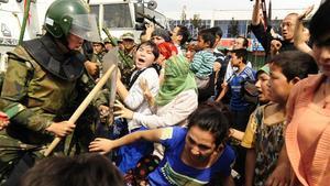 Represión de la policía china a una manifestación de mujeres uigures, en julio del 2009.