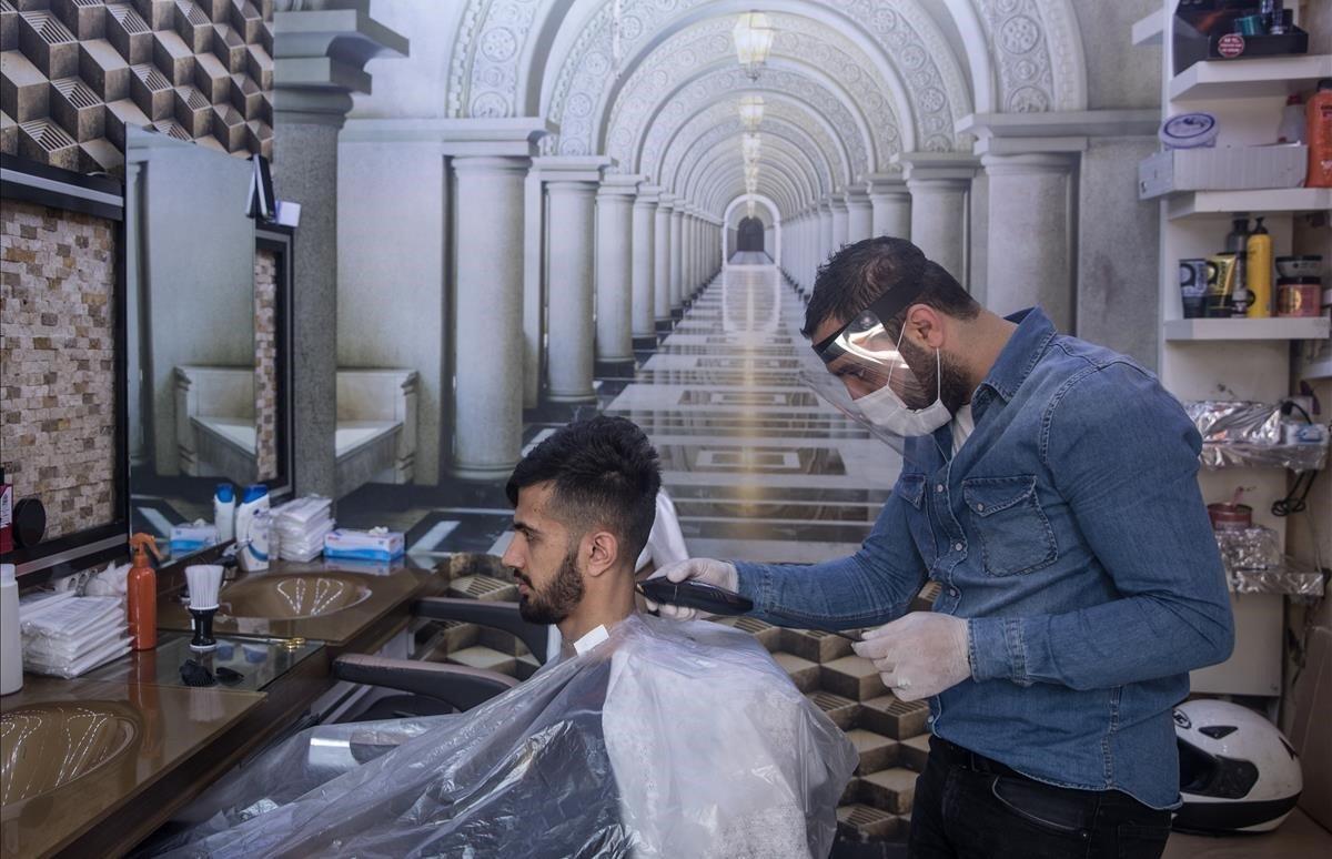 Tras el cierre de comercios durante cincuenta días bajo las restricciones de COVID-19, entra en vigor la reapertura de peluquerías.