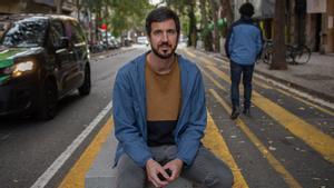 Guille López, sentado en los bancos de urbanismo táctico situados en Consell de Cent