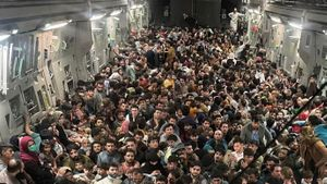 Evacuados agolpados en el interior de un avión de transporte C-17 Globemaster III de la Fuerza Aérea de los EE. UU., que transportaba a unos 640 afganos a Qatar desde Kabul.
