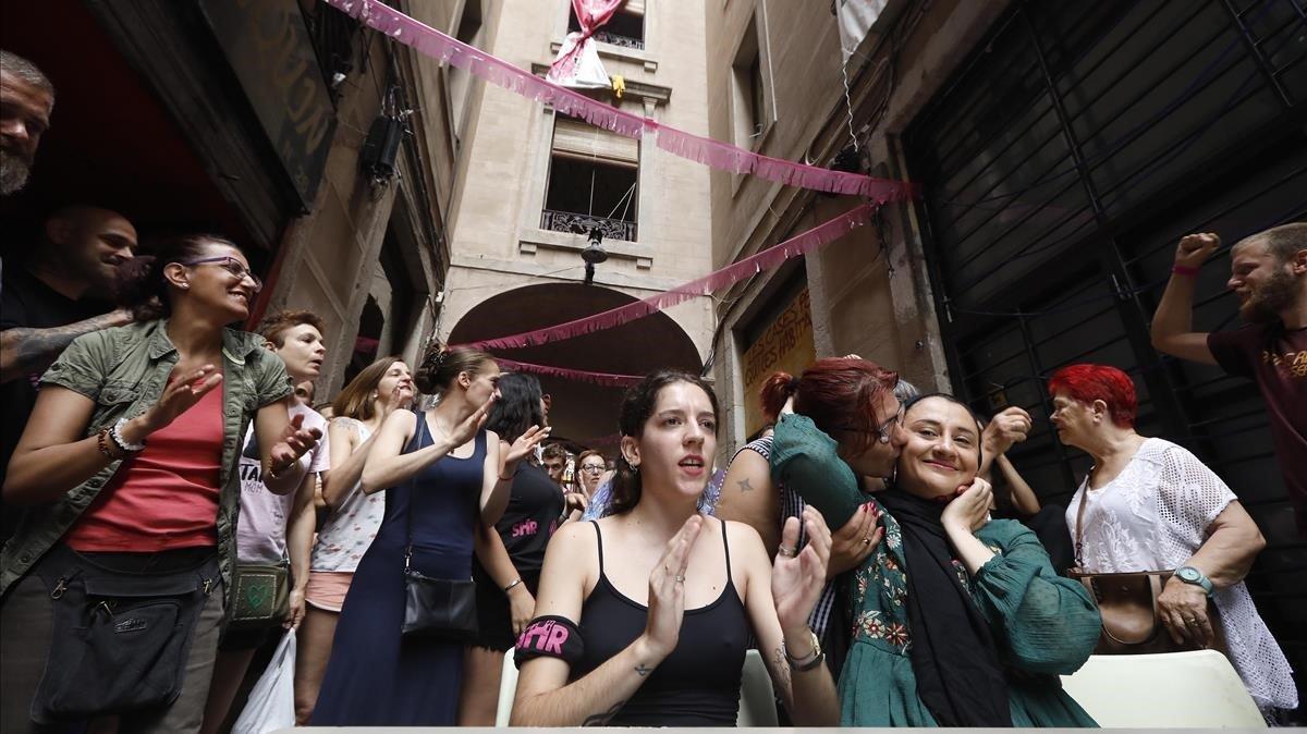 Vecinos del número 99 de la calle del Hospital de Barcelona, concentrados ante el inmueble, en julio del 2019.