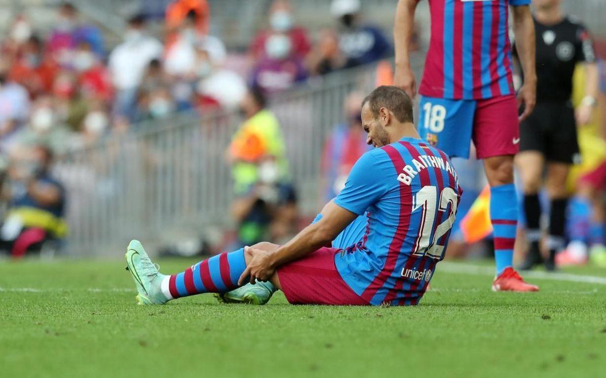 Braithwaite se toca la rodilla izquierda tras sufrir unas molestias ante el Getafe en el Camp Nou.