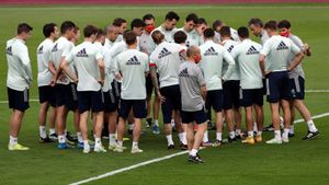 Luis Enrique, a la derecha, da instrucciones a sus jugadores en el inicio del último entrenamiento antes de enfrentarse a Kosovo, en Sevilla.
