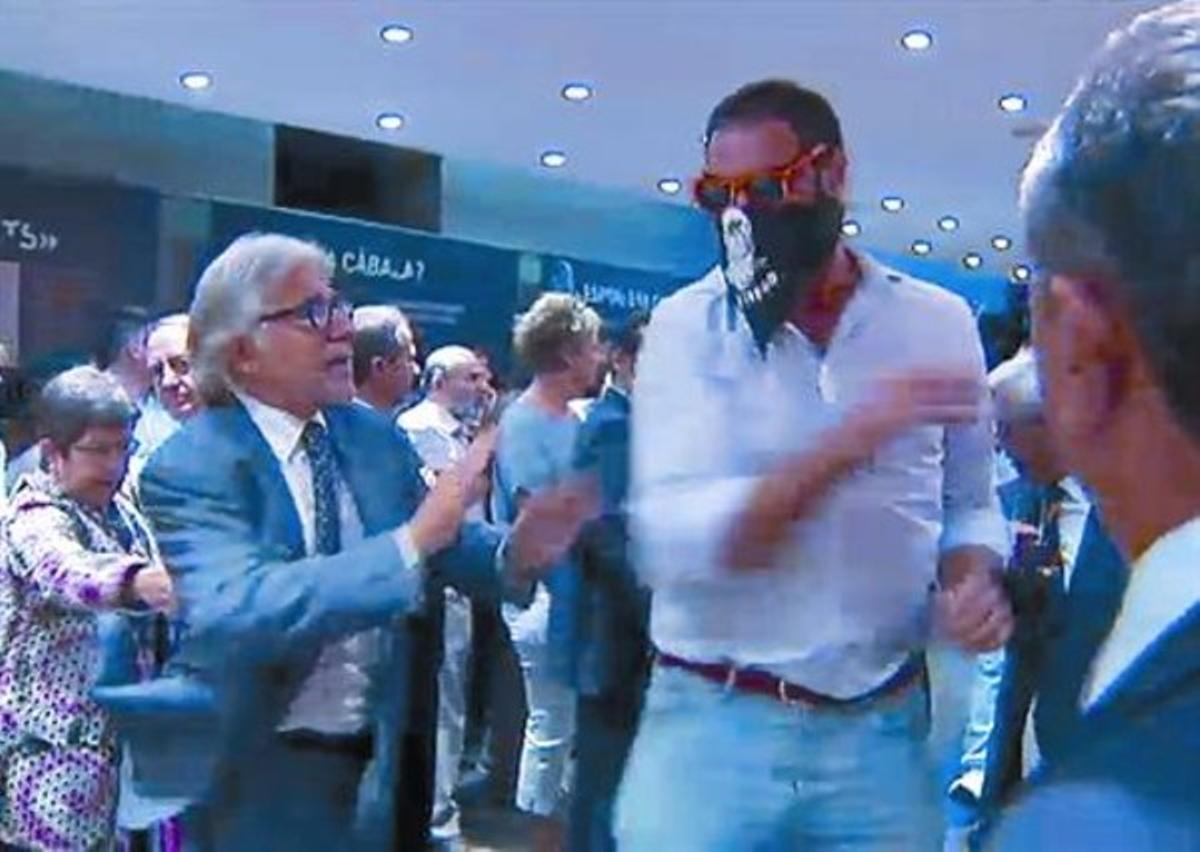 El diputado Josep Sánchez Lliure se enfrenta a uno de los ultras que irrumpieron en Blanquerna.