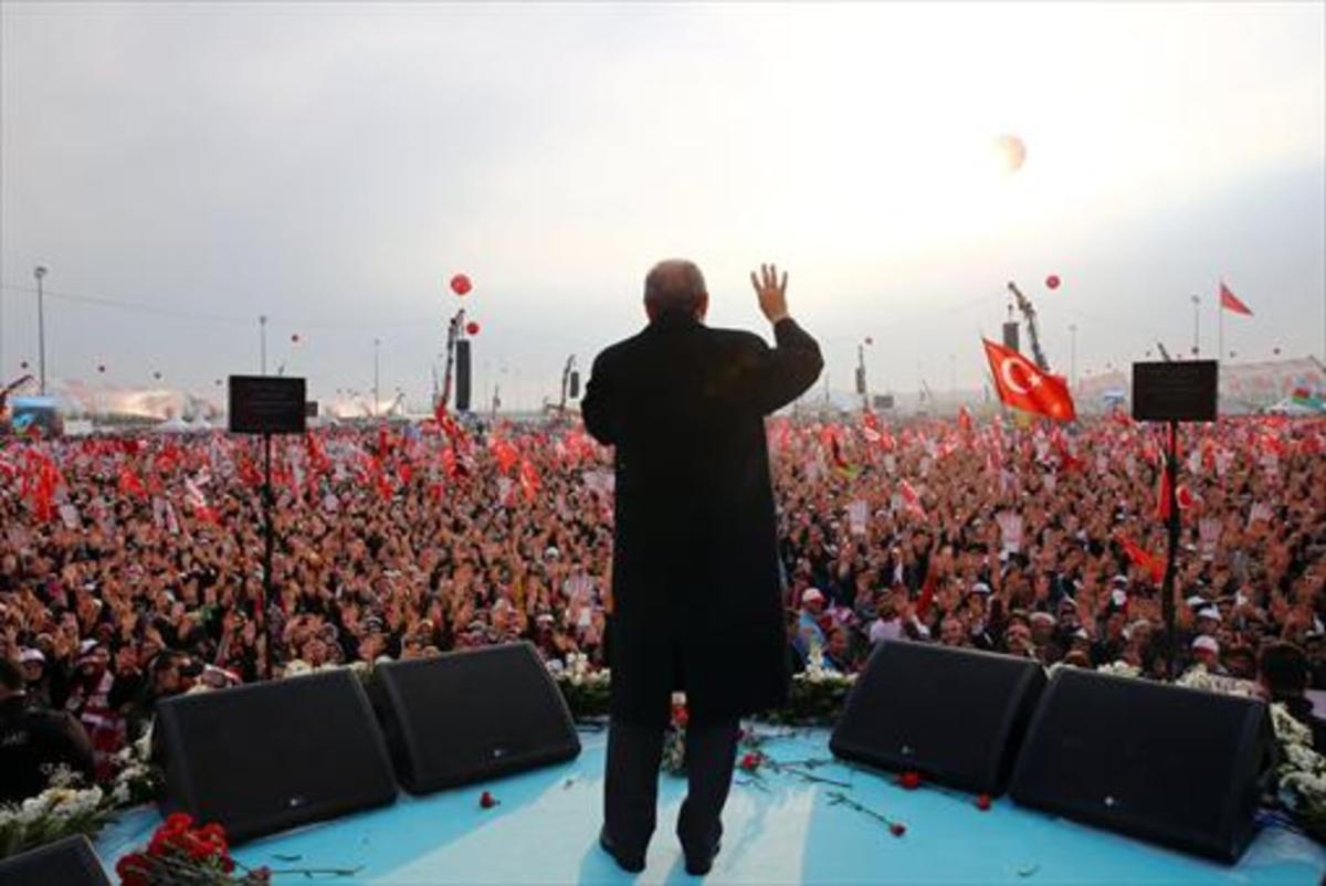 Apoyo  8Erdogan se dirige a los manifestantes congregados en la plaza de  Yenikapi, ayer en Estambul.