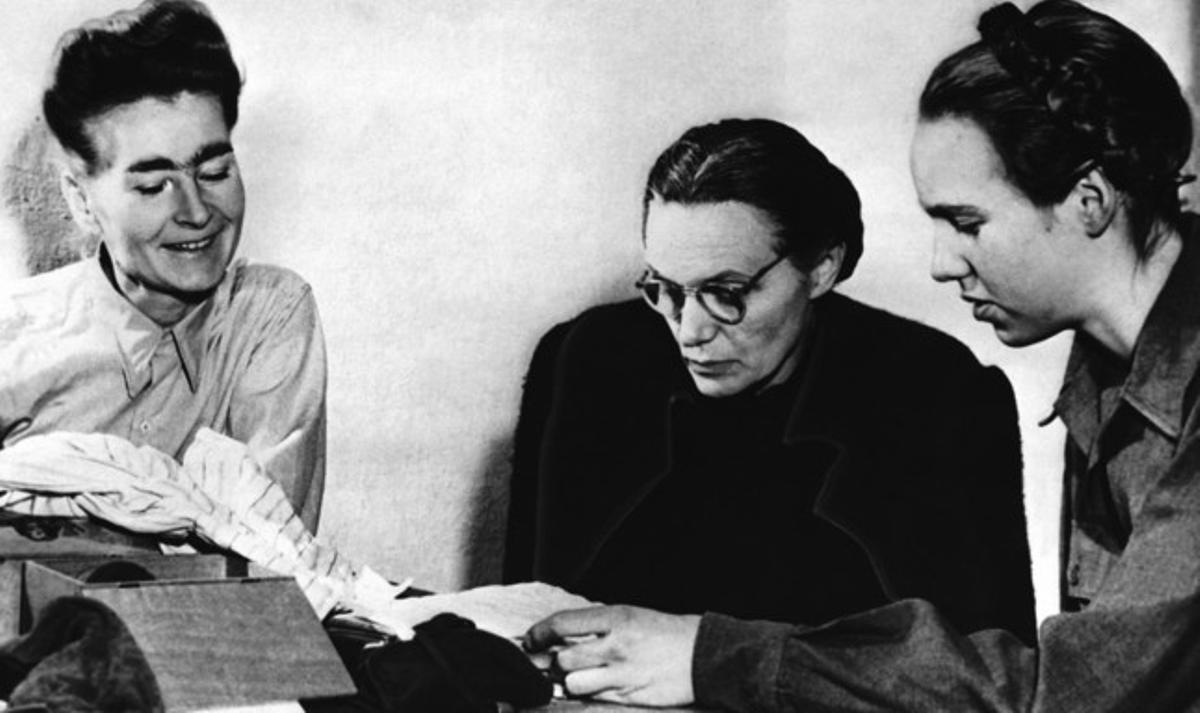 La esposa de Himmler, Margaret (centro), lee cartas junto a su hija Gudrun (derecha) y ante la secretaria de las SS en Italia, Louise Cuyon-Witzschel, el 1 de enero de 1946 en Nuremberg.
