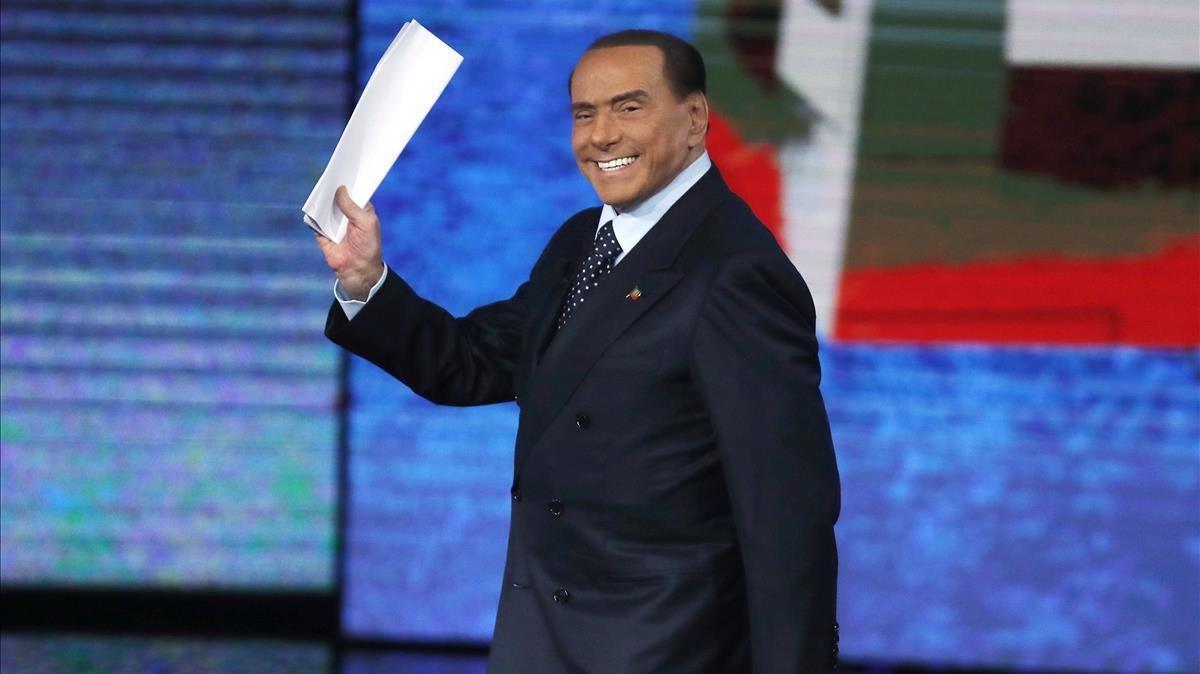 Berlusconi saluda a su llegada para participar en el programa de la RAI 'Che Tempo che Fa', en Milán, el 26 de noviembre.
