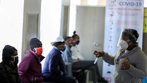Voluntarios para probar una potencial vacuna contra el coronavirus en un hospital de Soweto, en Sudáfrica.