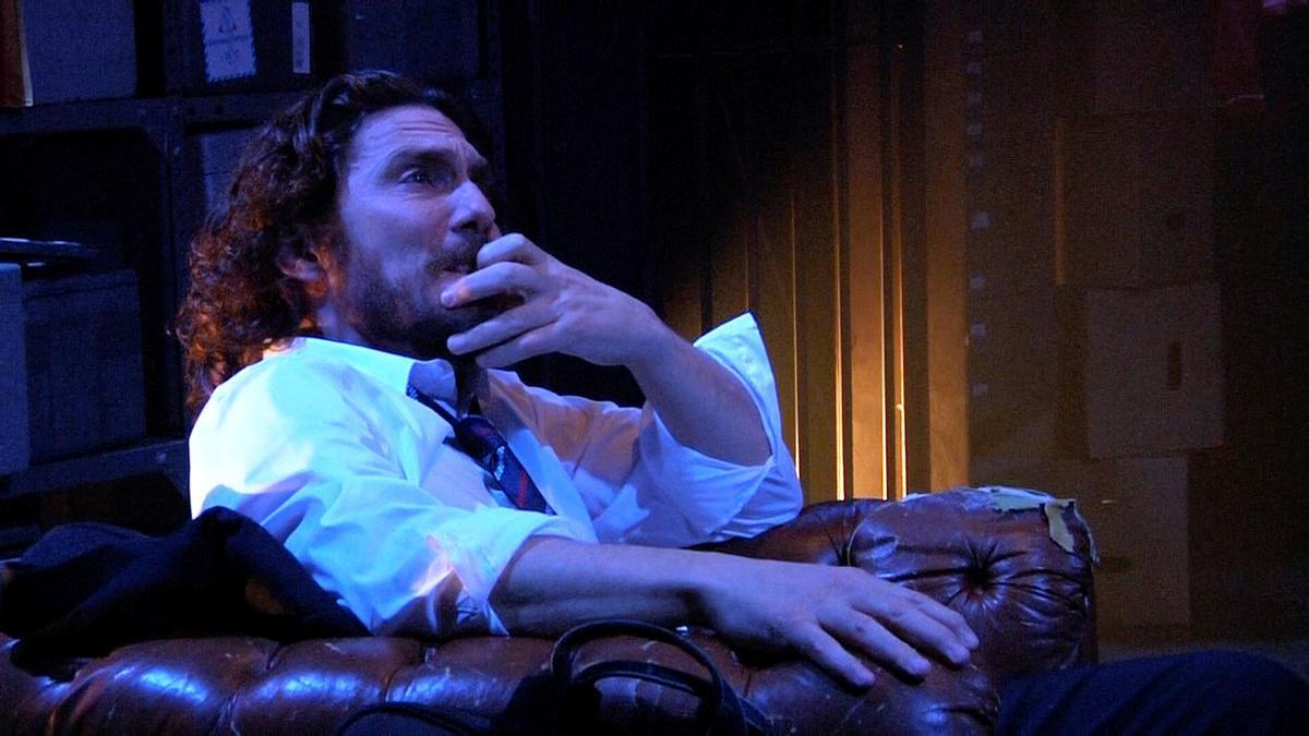 'Un home sol', un personaje enfrentado a un mundo hostil.