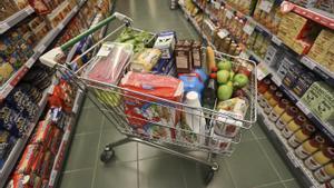 Un carro de la compra lleno en un supermercado de Barcelona.