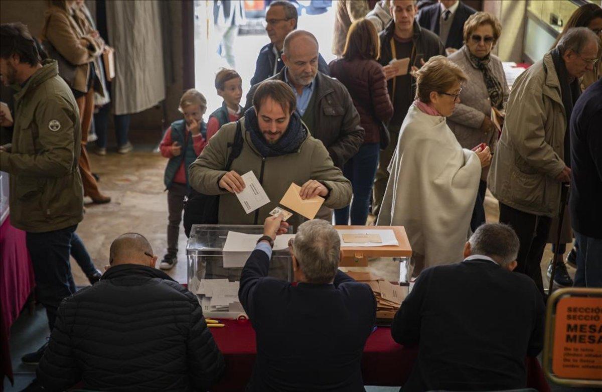Votaciones en un colegio electoral de Valencia.