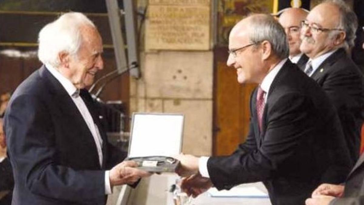 El entonces 'president' de la Generalitat, José Montilla, entrega la Creu de Sant Jordi a Josep Fornas, en el Palau de la Generalitat, el 21 de abril del 2010.