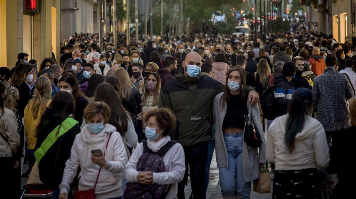 Ciudadanos pasean por el centro de Barcelona a principios de este mes de octubre.