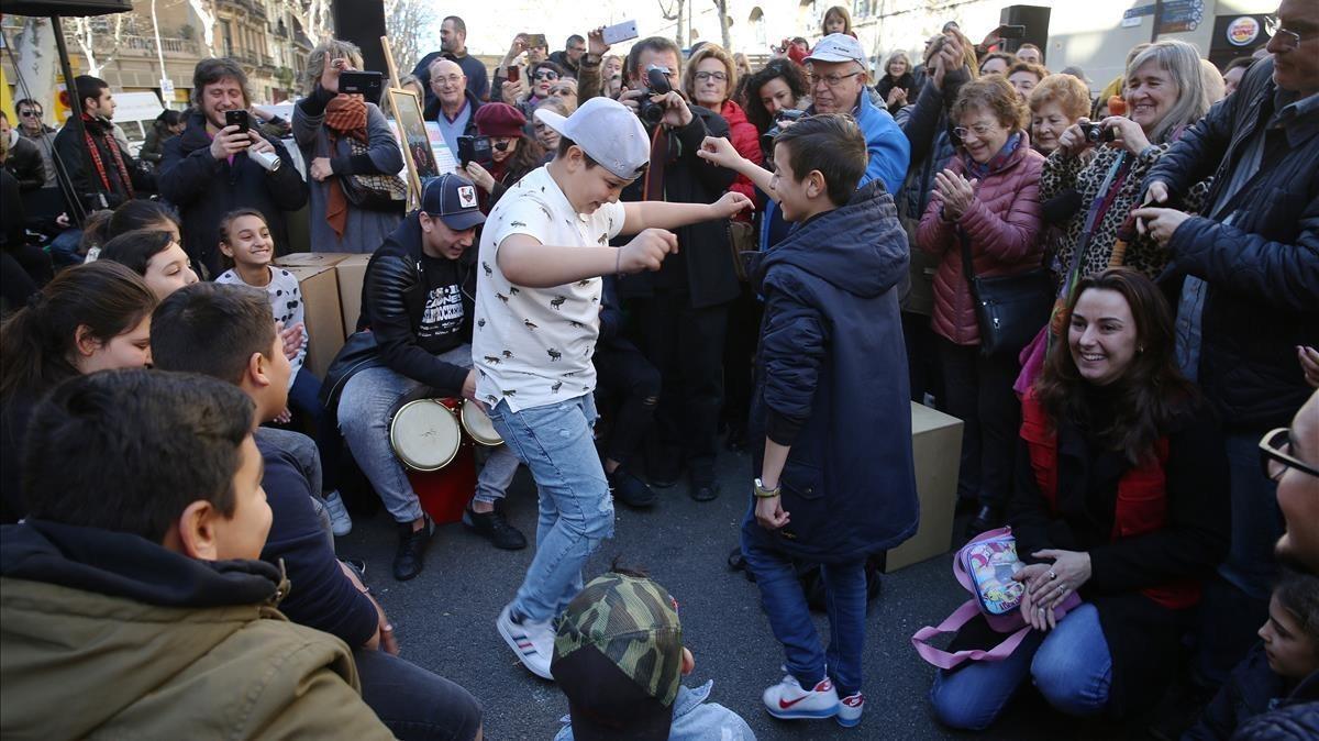 Unos jóvenes arrancan a bailar durante la jornada rumbera de la calle de la Cera.