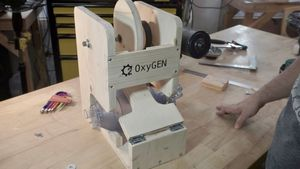 Una de las primeras versiones del respirador, en el taller de Protofy