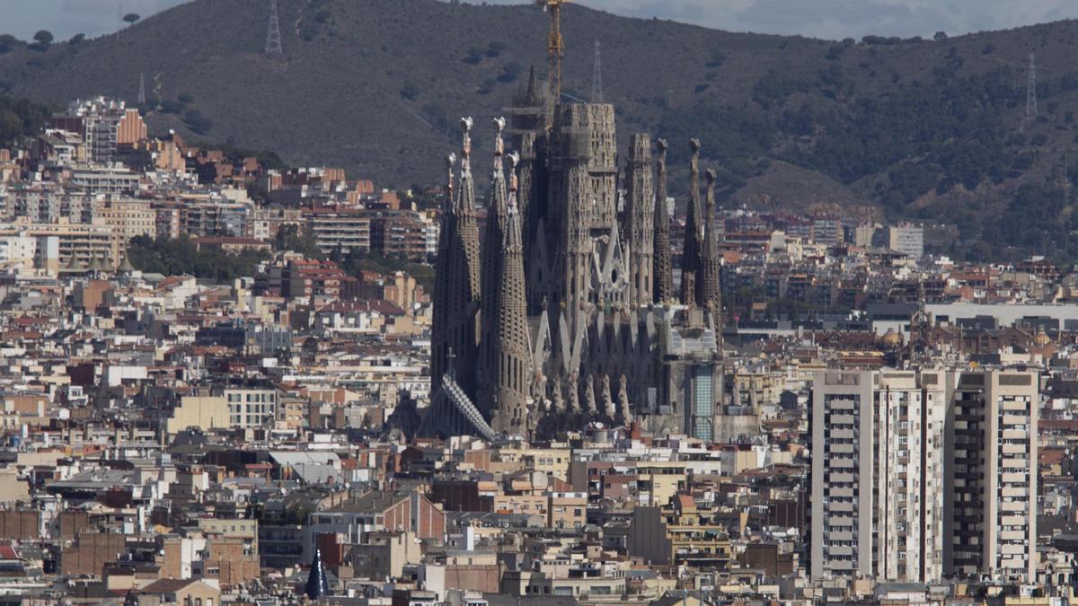 Panorámica de Barcelona con la Sagrada Família en el medio.
