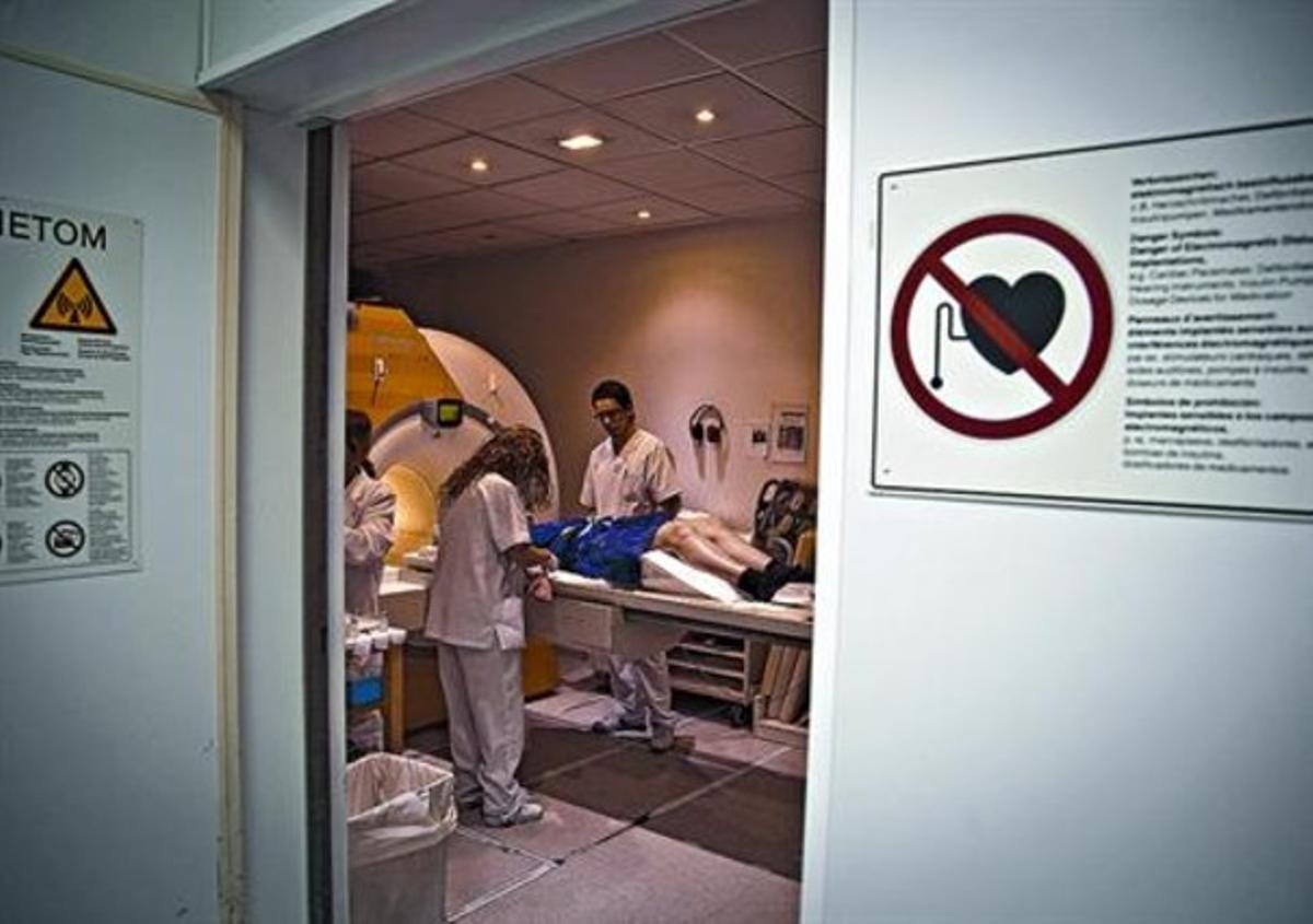 Una paciente se somete a una resonancia magnética en el Hospital del Vall d'Hebron.