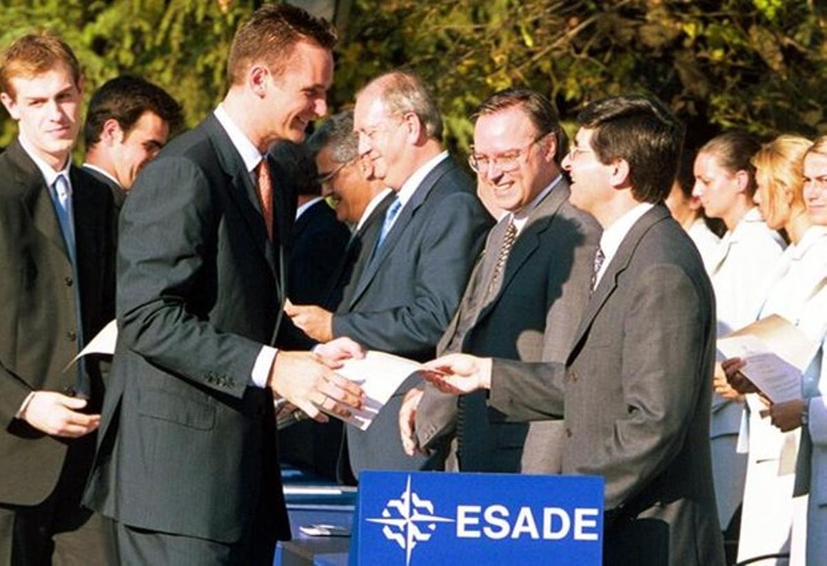 Urdangarin recibe un diploma de Esade, en junio del 2001.