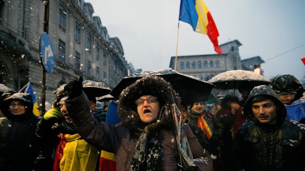 Una mujer grita durante la protesta de miles de manifestantes por el centro de Bucarest, el 20 de enero.