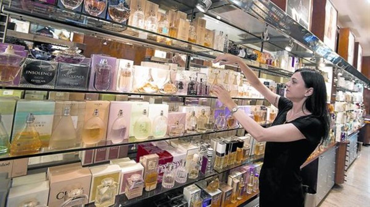 Productos de perfumería expuestos en un establecimiento.