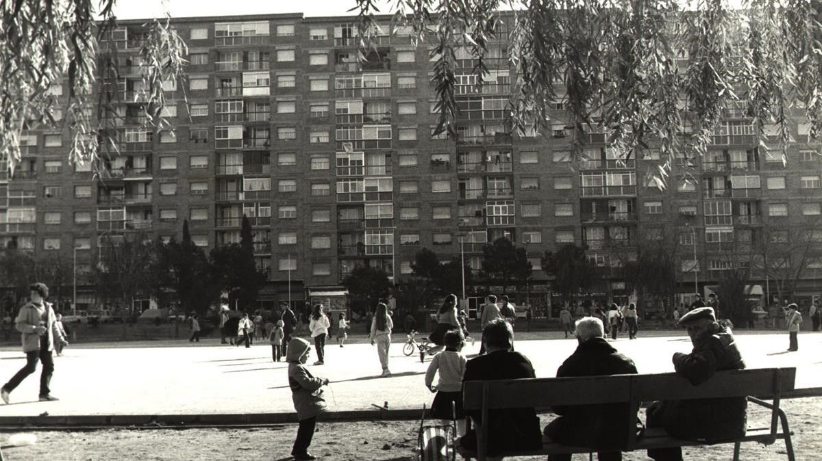 Una imagen de 1984 de la plaza de Catalunya del barrio de San Ildefonso de Ciudad Satélite, en Cornellà.