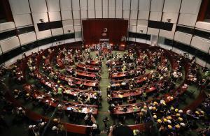 Cientos de manifestantes irrumpen en el Parlamento de Hong Kong (China), este lunes. Tras pasar más de cuatro horas intentando echar abajo la entrada del edificio con barras de acero, ladrillos o piedras, los manifestantes consiguieron acceder al interior.