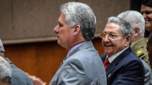 Raúl Castro aplaude al vicepresidente Miguel Díaz-Canel, propuesto por la Asamblea para sucederle.