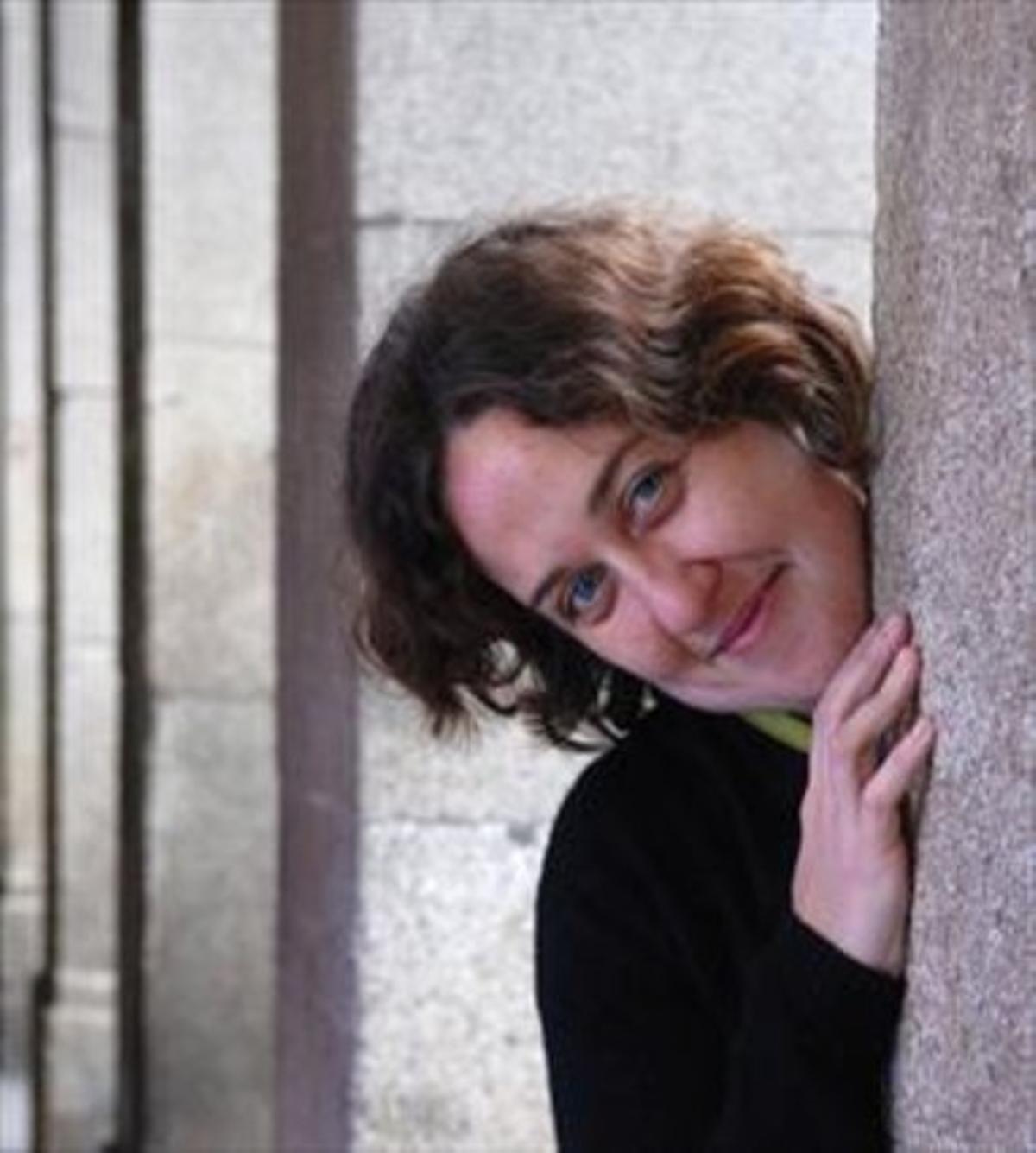 Arriba, los integrantes del grupo de narradores catalanes Vivim del Cuentu. Junto a estas líneas, la actriz, payasa y mimo gallega Paula Carballeira. Abajo, el cartel de la sexta edición del festival de narración oral Munt de Mots.