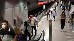 Usuarios del metro de Barcelona el pasado lunes.