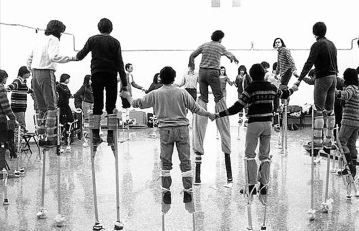 Otros tiempos. Taller de zancos en Transformadors, en 1983.