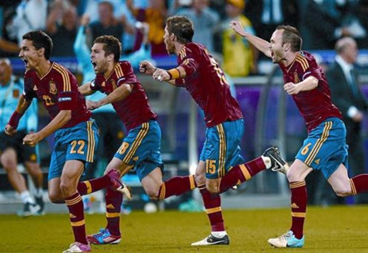 Ronaldo, con la mirada perdida, mientras los jugadores de España celebran el pase a la final.