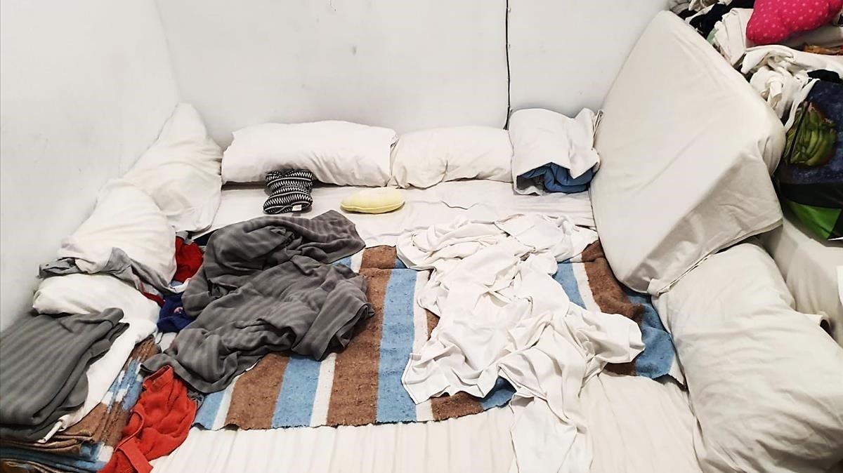 Colchón en el suelo en el que duerme una familia de cuatro miembros.