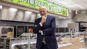 El presidente de Mercadona, Juan Roig, posa delante de la sección de comidas preparadas de uno de sus establecimientos.